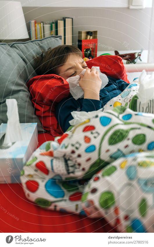 Kaltes Kind auf dem Bett liegend Lifestyle Krankheit Lampe Schlafzimmer Mensch Junge Mann Erwachsene Kindheit Buch Spielzeug authentisch Müdigkeit lügen kalt