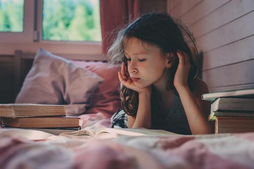 Kind Einsamkeit Lifestyle Schule Kommunizieren Kindheit Buch lesen geheimnisvoll Verstand sozial Erkenntnis Problematik Psychische Störung stumm Verhalten