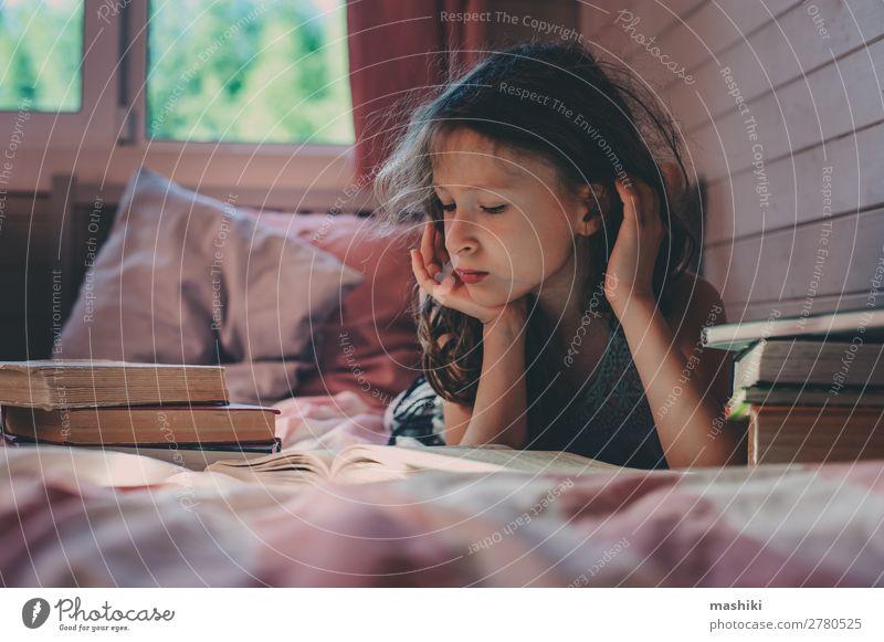 nachdenkliches Kind Mädchen Lesebuch allein Lifestyle lesen Schule Kindheit Buch Kommunizieren Einsamkeit geheimnisvoll Autismus Gesundheit autistisch mental