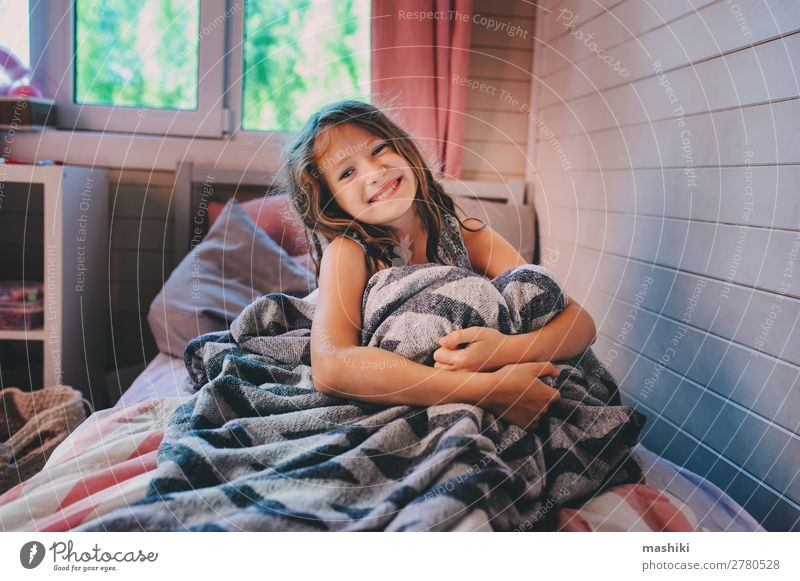 glückliches Kind Mädchen, das am frühen Morgen aufwacht. Lifestyle Glück Erholung Spielen Schlafzimmer Schulkind Kindheit lachen schlafen träumen klein niedlich