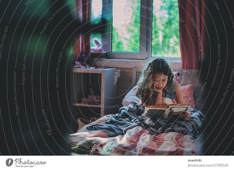 nachdenkliches Kind Mädchen Lesebuch allein Lifestyle lesen Schule Kindheit Buch Kommunizieren Einsamkeit geheimnisvoll Autismus unordentlich Gesundheit Pflege