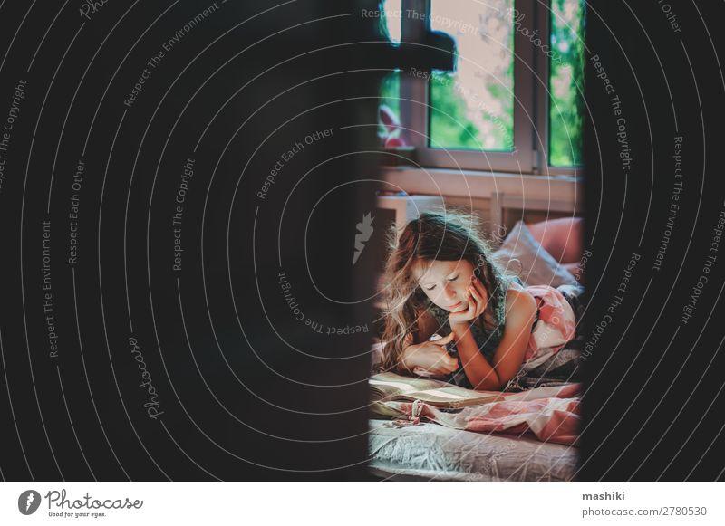 nachdenkliches Kind Mädchen Lesebuch allein Lifestyle lesen Schule Kindheit Buch Kommunizieren Einsamkeit geheimnisvoll Autismus unordentlich Bildung Krankheit