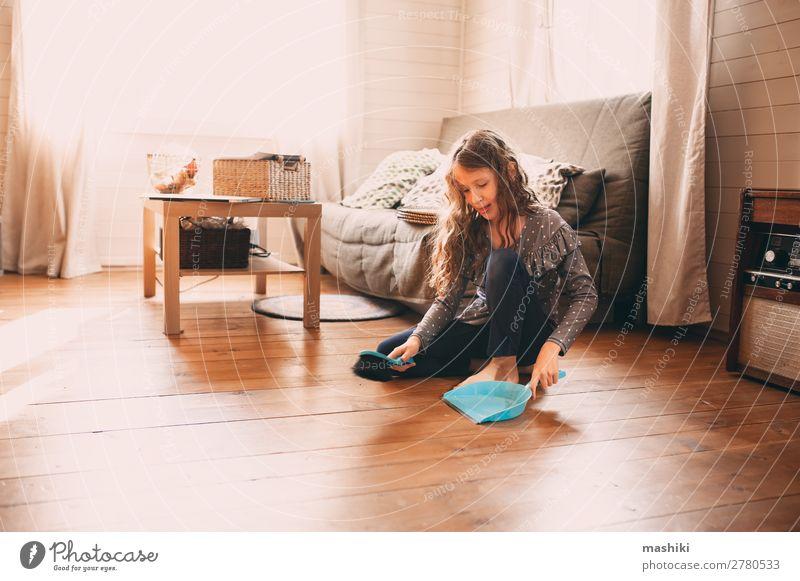 lustiges Kind Mädchen hilft bei der Hausarbeit Lifestyle Freude Glück Möbel Schule Arbeit & Erwerbstätigkeit Familie & Verwandtschaft Kindheit Holz authentisch