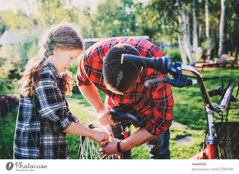 Vater und Tochter beheben Probleme mit dem Fahrrad Lifestyle Glück Freizeit & Hobby Ferien & Urlaub & Reisen Sommer Sport Kindererziehung Schule Werkzeug Mann