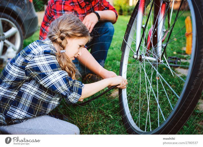 Vater und Tochter beheben Probleme mit dem Fahrrad Lifestyle Freizeit & Hobby Ferien & Urlaub & Reisen Sommer Sport Kindererziehung Schule Werkzeug Mann