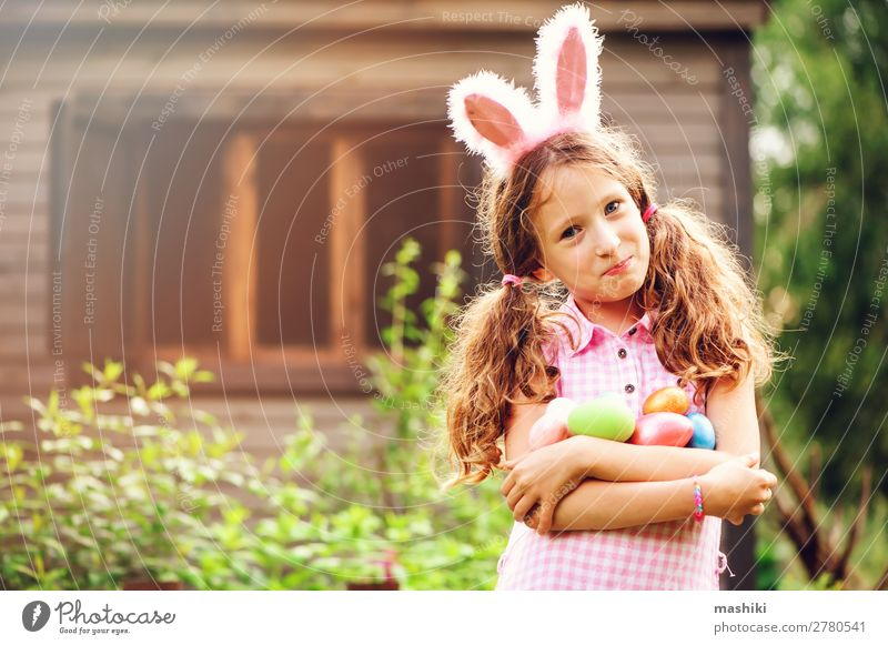 Osterporträt eines glücklichen Kindes Mädchen in Hasenohren Freude Glück Spielen Haus Garten Feste & Feiern Ostern Familie & Verwandtschaft Kindheit Natur Gras