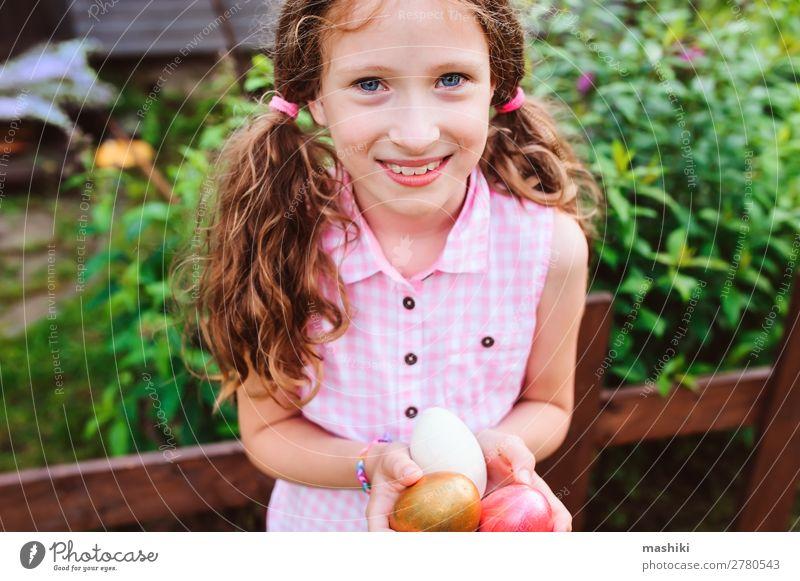Osterporträt eines glücklichen Kindes Mädchens Freude Glück Spielen Jagd Haus Garten Feste & Feiern Ostern Familie & Verwandtschaft Kindheit Natur Gras Holz