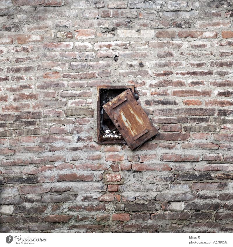 24/7 open Gebäude Mauer Wand Fenster Tür hängen alt kaputt Verfall Vergänglichkeit offen Fensterladen Rost Backsteinwand Stadtmauer Farbfoto Gedeckte Farben