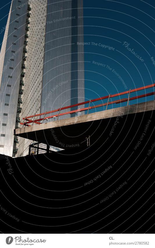 baustelle und hochhaus Arbeitsplatz Baustelle Wirtschaft Wolkenloser Himmel Düsseldorf Stadt Stadtzentrum Menschenleer Hochhaus Bauwerk Gebäude Architektur