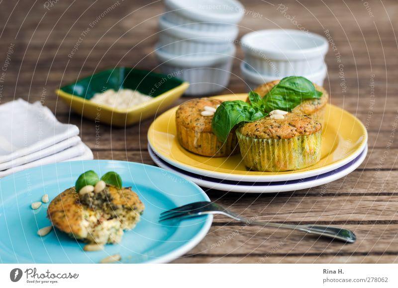 Tomaten - Basilikum - Muffins Lebensmittel authentisch Geschirr lecker Teller Picknick Schalen & Schüsseln saftig Backwaren Teigwaren Gabel Büffet Vegetarische Ernährung Brunch Muffin Holztisch