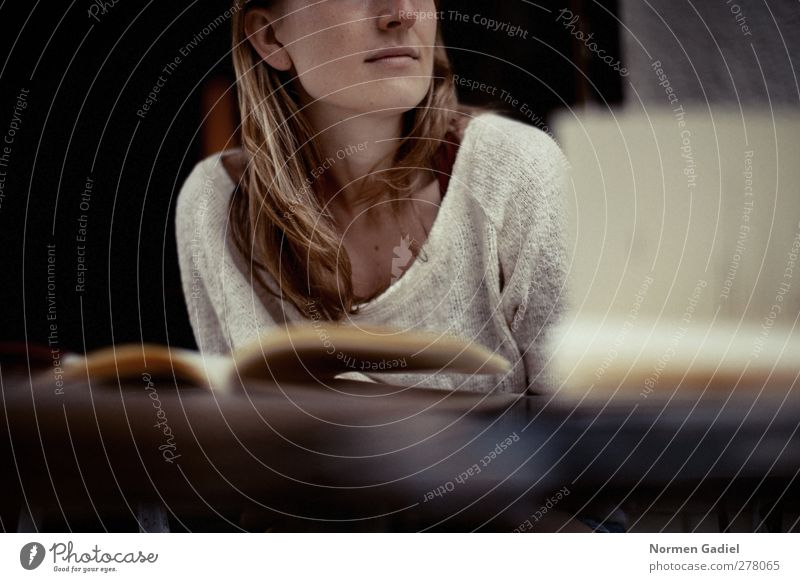 lebenslanges lernen Mensch Jugendliche Erwachsene Erholung feminin Junge Frau Haare & Frisuren träumen 18-30 Jahre blond natürlich Zufriedenheit Buch frei
