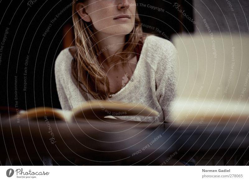 lebenslanges lernen Wohlgefühl Zufriedenheit lesen Bildung Feierabend feminin Junge Frau Jugendliche Haare & Frisuren 1 Mensch 18-30 Jahre Erwachsene Zeitung