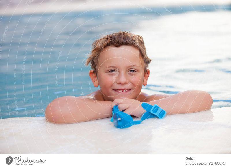 Lustiger blonder Junge im Pool. Lifestyle Freude Glück Erholung Schwimmbad Freizeit & Hobby Spielen Ferien & Urlaub & Reisen Sommer Sport Kind Mensch Mann