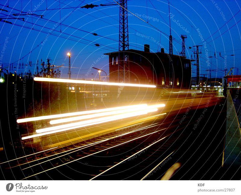 Zug blau Haus schwarz gelb Bewegung Eisenbahn Geschwindigkeit Gleise Bahnhof Bremen Oberleitung Hauptbahnhof