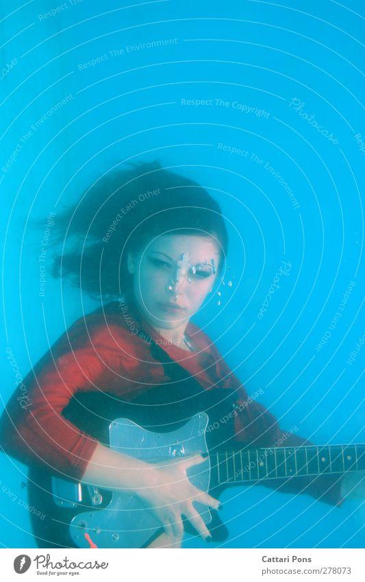 because sound travels faster in water! tauchen Schwimmen & Baden Gitarre spielen musizieren singen feminin Junge Frau Jugendliche 1 Mensch 18-30 Jahre