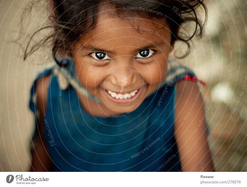 A Smile says it all Ausflug Abenteuer Ferne Schulkind Mensch feminin Mädchen Kindheit Kopf Auge 1 3-8 Jahre schwarzhaarig blau braun rot Gefühle Freude Glück