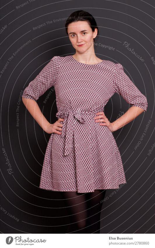 Frau elegant Stil schön Mensch feminin Junge Frau Jugendliche Erwachsene Leben 1 30-45 Jahre Mode Bekleidung Kleid schwarzhaarig Blick stehen Freundlichkeit