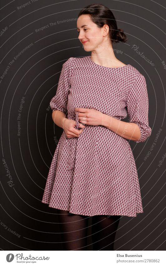 Zufrieden Stil schön Mensch feminin Junge Frau Jugendliche Erwachsene 1 30-45 Jahre Mode Bekleidung Kleid schwarzhaarig Lächeln stehen leuchten Fröhlichkeit