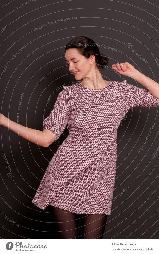 Freude am Tanzen elegant schön Freizeit & Hobby Nachtleben Party Feste & Feiern Mensch feminin Junge Frau Jugendliche Erwachsene 1 30-45 Jahre Mode Kleid