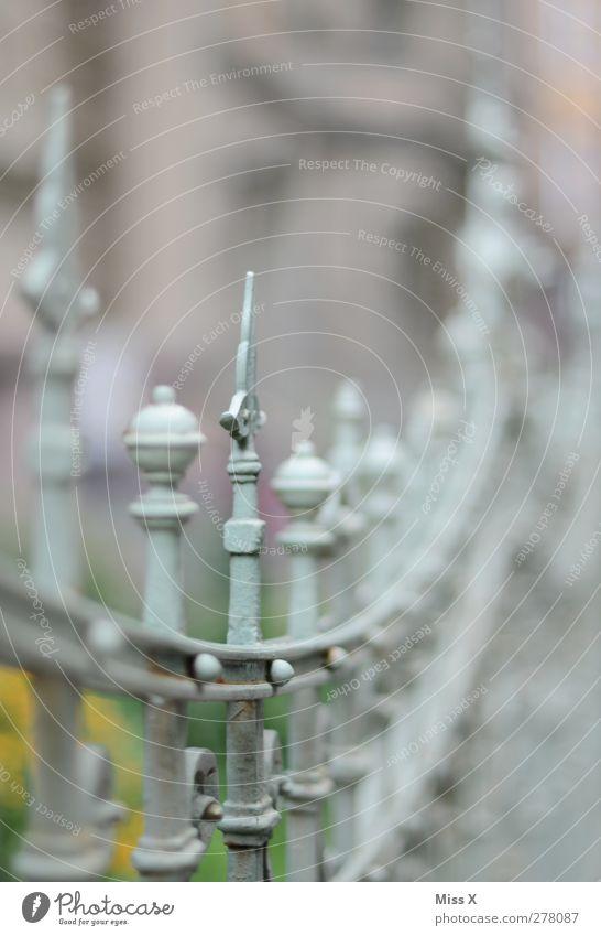Spitze Altstadt Haus Metall alt Rost Zaun Metallzaun Schmiedekunst Schmiedeeisen Zacken Dekoration & Verzierung Farbfoto Gedeckte Farben Außenaufnahme