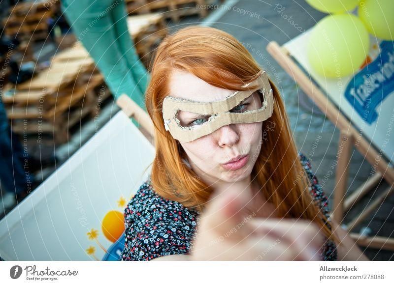 Seht euch vor, Schurken! Halloween feminin Junge Frau Jugendliche Erwachsene 1 Mensch 18-30 Jahre Maske frech nerdig retro verrückt Schutz achtsam Wachsamkeit