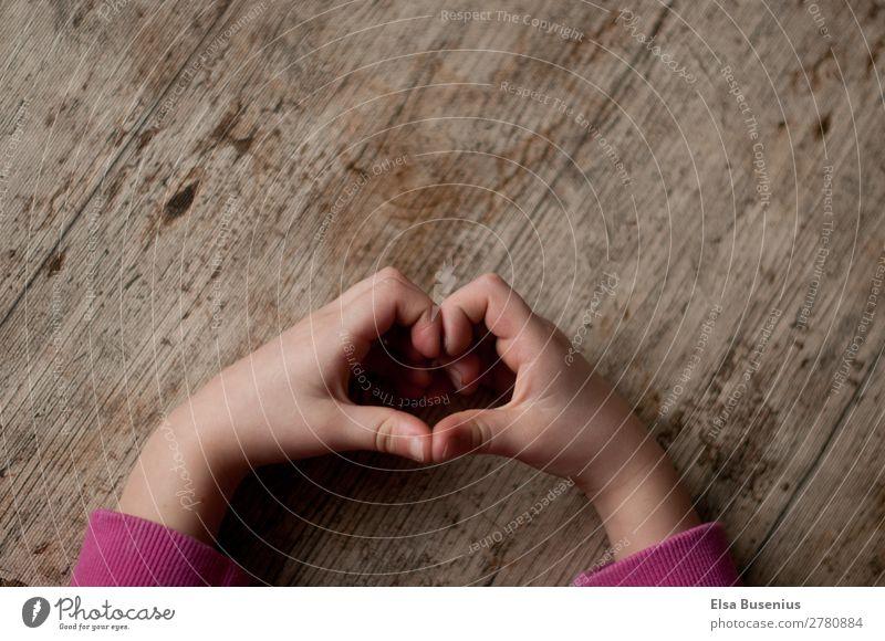 Herz Arme Hand Finger Liebe Leben Kinderhand Holz Farbfoto Innenaufnahme Tag Licht Schatten Vogelperspektive