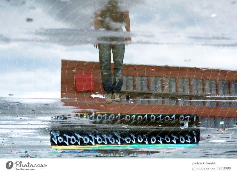 Jump! Jump! Everybody Jump! Beine 1 Mensch Haus Fassade springen Pfütze Wasser Regenwasser Binärcode Farbfoto Gedeckte Farben Außenaufnahme Experiment Tag