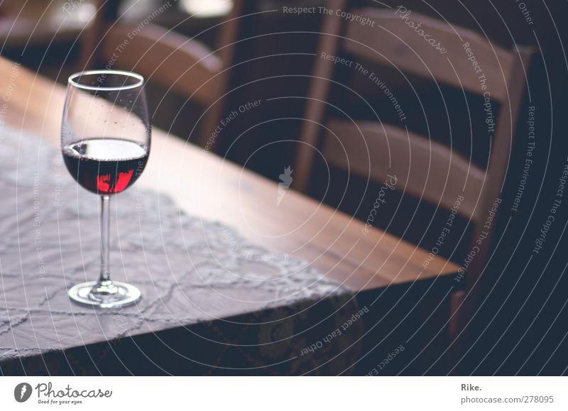 Poesie im Glas. rot ruhig Erholung Wohnung Freizeit & Hobby Zufriedenheit elegant Tisch Lifestyle Häusliches Leben Getränk Romantik Stuhl trinken Wein