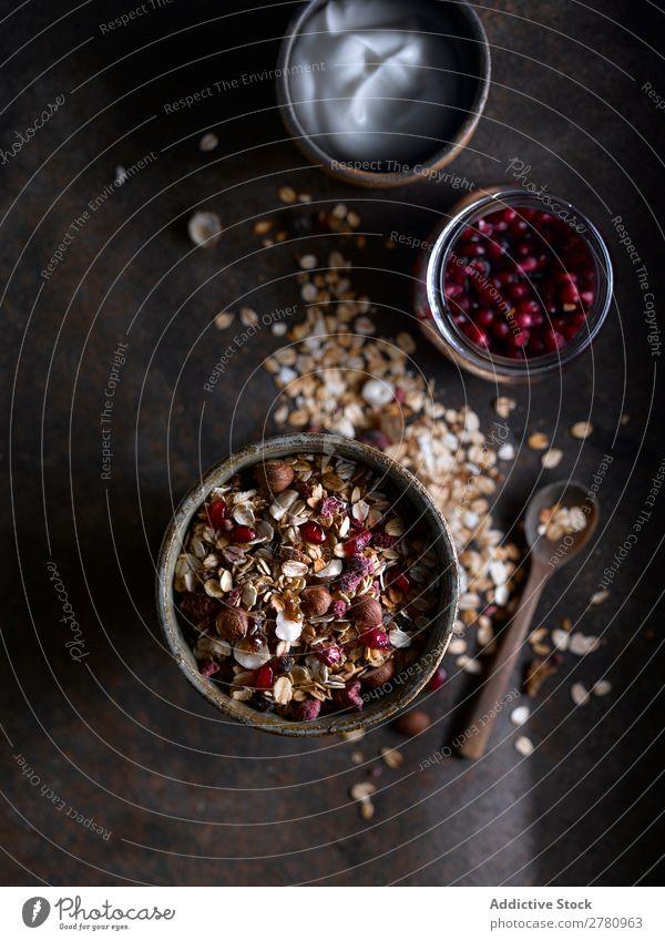 Rustikales Arrangement von Müsli zum Frühstück rustikal Granatapfel Creme serviert Gesundheit Hafer Dessert Lebensmittel Diät Snack frisch Ernährung natürlich