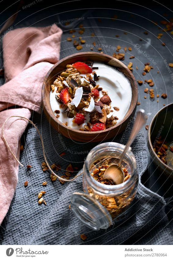Köstliches Müsli mit Kokosnusscreme Creme Dessert Erdbeeren Gesundheit Lebensmittel süß Frühstück Ordnung Erfrischung geschmackvoll lecker roh Frucht Mahlzeit