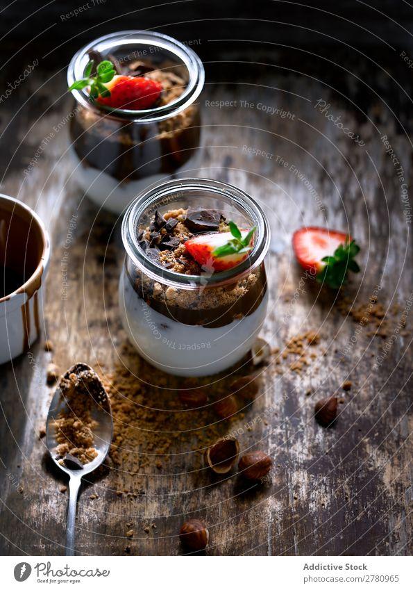 Glas mit Erdbeere und Schokolade Frühstück Erdbeeren Haselnussblatt serviert Lebensmittel cremig Frucht Molkerei frisch organisch geschmackvoll Dessert süß
