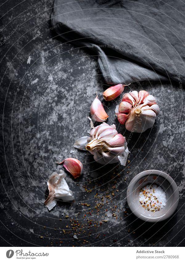 Aromatische Gewürze aus Knoblauch und Salz rustikal Kräuter & Gewürze Gewürznelke Lebensmittel Zutaten Vorbereitung kochen & garen Feinschmecker