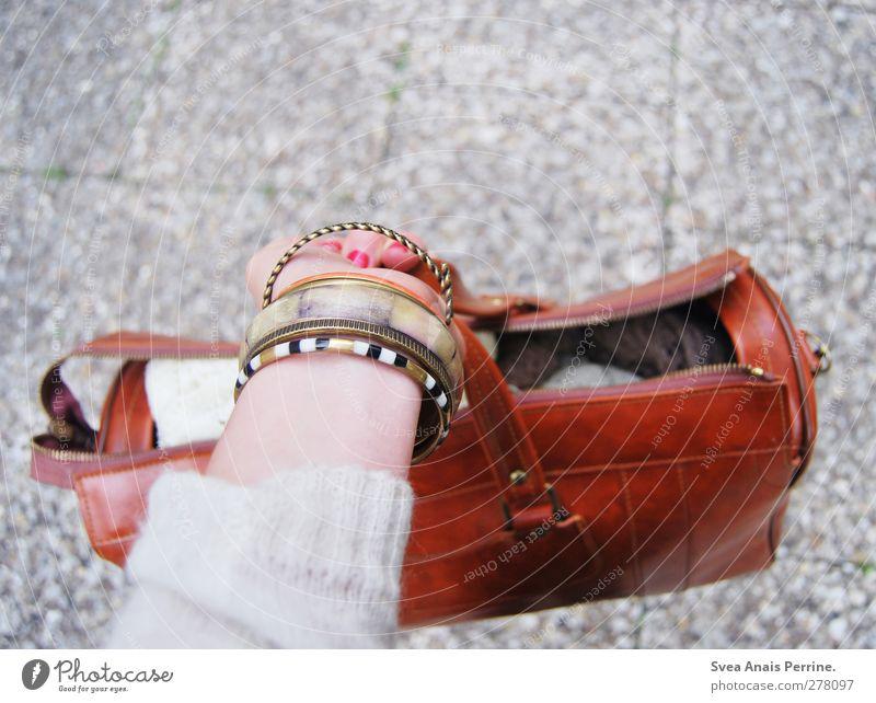 auf auf ! Mensch Jugendliche Hand Erwachsene feminin Junge Frau Stein Mode 18-30 Jahre Arme Finger festhalten Schmuck Pullover Tasche Accessoire