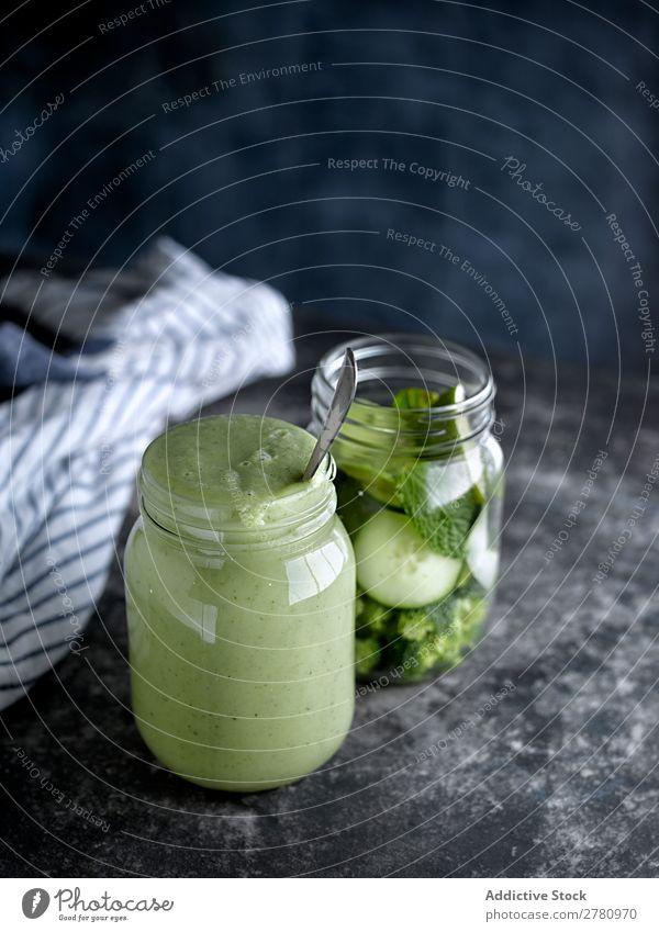 Glas gefüllt mit grünem, gesundem Smoothie Milchshake Gesundheit lecker serviert trinken Entzug Vitamin frisch Zutaten Gemüse Lifestyle Lebensmittel organisch