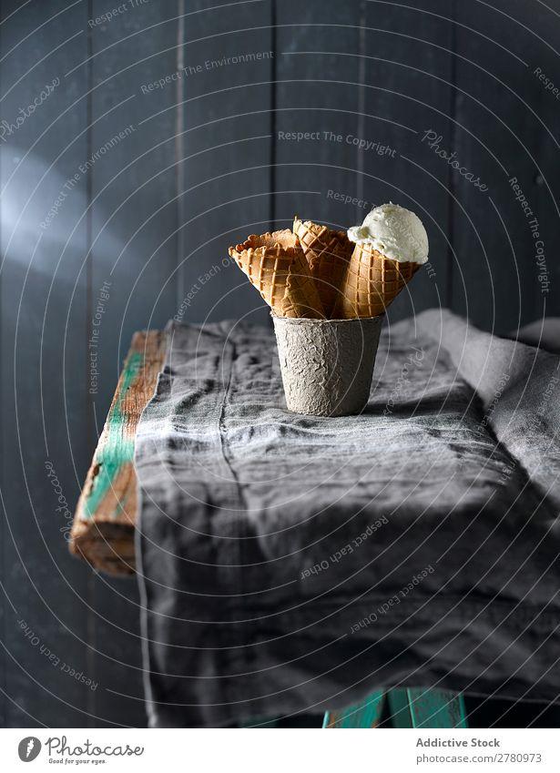 Schöne Komposition von Eiszapfen Eiscreme kegelförmig rustikal Ordnung Zusammensetzung Dessert Holz serviert Tradition geschmackvoll lecker süß Baggerlöffel
