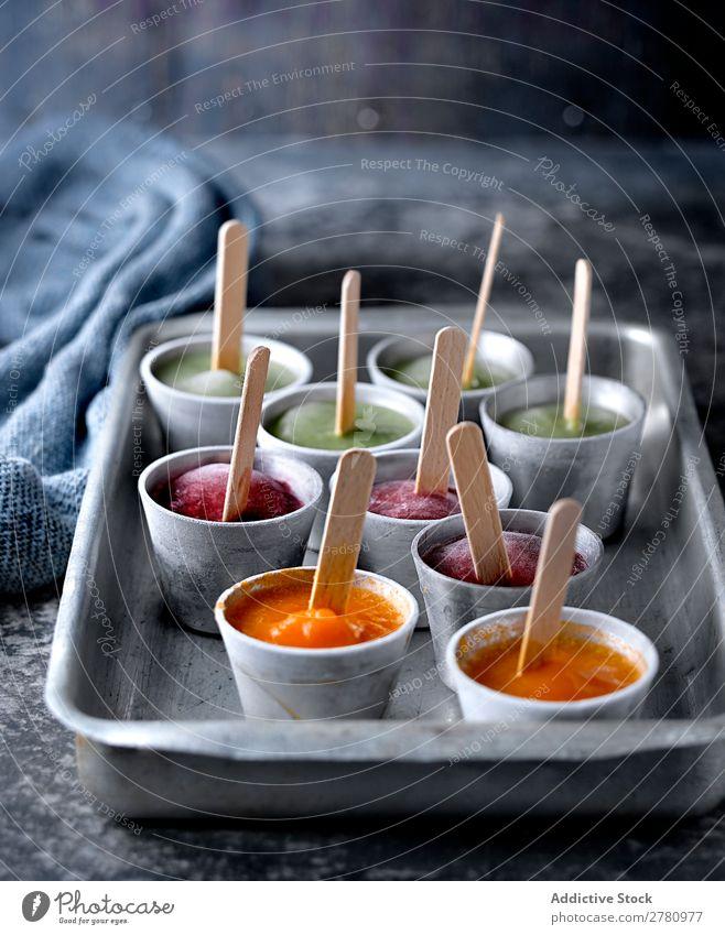 Verschiedene Eiswürfel auf dem Tablett Knalle Frucht Stieleis kalt Stock Lebensmittel gefroren Sommer Farbe hell gebastelt Verschiedenheit lecker süß Snack