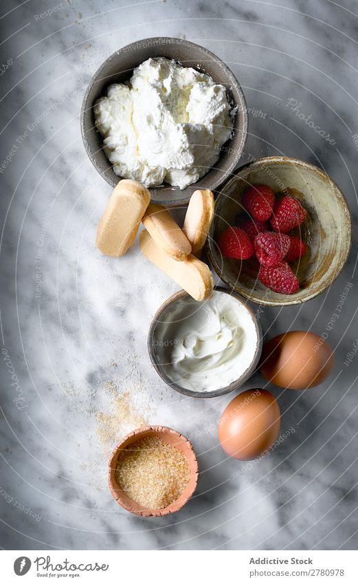 Draufsicht auf die Kuchenzutaten auf dem Tisch Zutaten frisch Produkte Kekse Himbeeren Creme Entwurf Ei Zucker Zusammensetzung Marmor Ordnung Lebensmittel