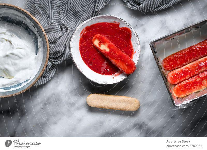 Getreideperson, die Himbeerkekse herstellt. kochen & garen Himbeeren Kekse Marmelade eintauchend süß rot Zusammensetzung Frucht Kuchen backen Gesundheit frisch