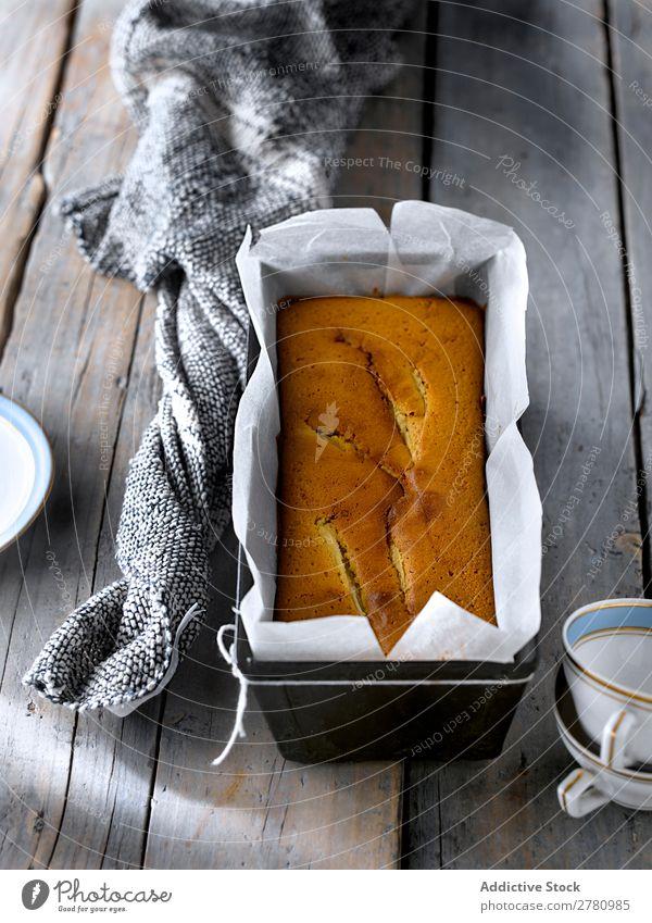 Nahaufnahme des gebackenen goldenen Birnenkuchens in Metallform mit Pergament auf einem rustikalen grauen Tisch. Kuchen Formular kochen & garen Bäckerei Küche