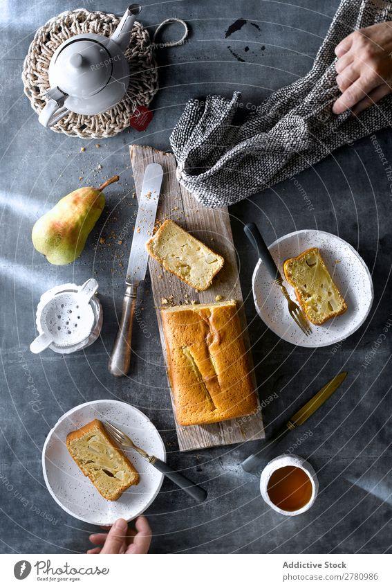 Schaufelblatt aus serviertem frisch gebackenem Birnenkuchen mit Tee auf rustikalem Tisch. Kuchen Teetrinken Kulisse Einstellungstabelle Essen Dessert