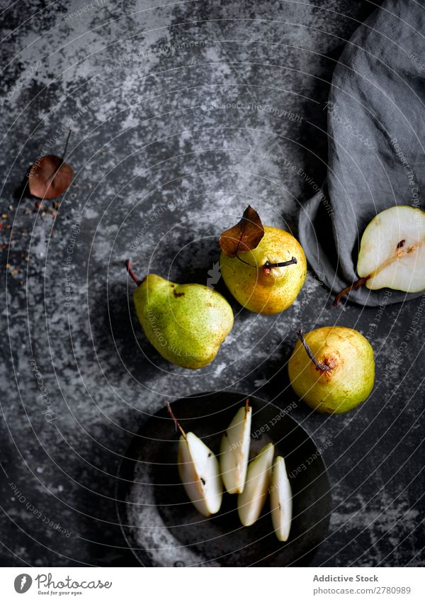 Frische und süße Birnen auf dem Tisch frisch rustikal Frucht organisch Lebensmittel Gesundheit saftig schäbig Vegetarische Ernährung Jahreszeiten Erfrischung