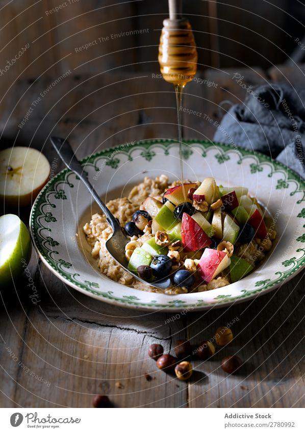 Haferflocken mit frischer Fruchtmischung Nuss serviert Gesundheit Morgen Apfel Energie Preiselbeeren Feinschmecker Haselnussblatt Ernährung geschmackvoll