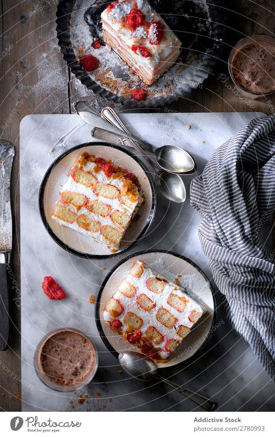 Scheiben von cremigem Himbeerkuchen Kuchen rustikal serviert Himbeeren Feinschmecker Einstellungstabelle Dessert süß Tradition Konfekt Lebensmittel Backwaren