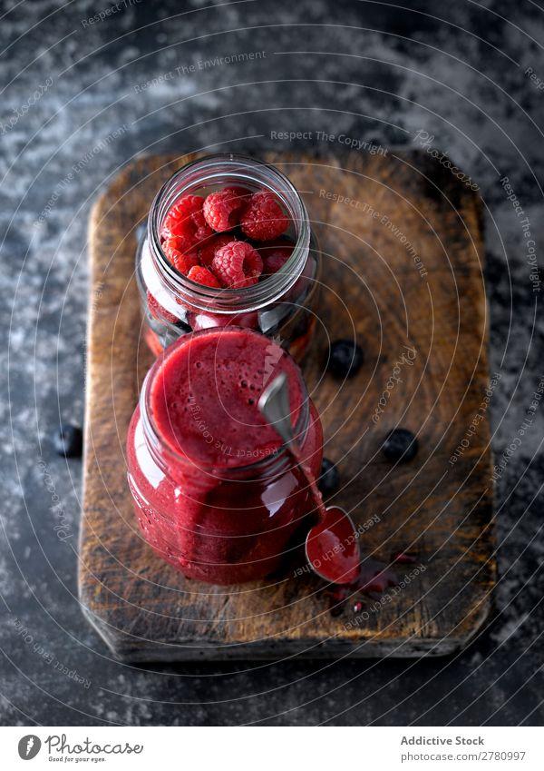 Smoothie mit roten Mischfrüchten Milchshake Frucht mischen Dessert trinken Beeren rustikal Zutaten reif Farbe lecker Lebensmittel Glas rosa gebastelt Becher