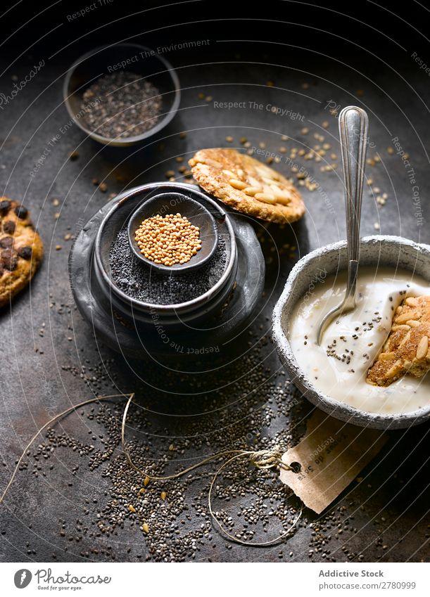Joghurt mit Keksen und Saatgut-Sortiment Plätzchen organisch mischen Chiasamen Rezept Mohn Feinschmecker Entwurf Zusammensetzung rustikal Ordnung Gesundheit