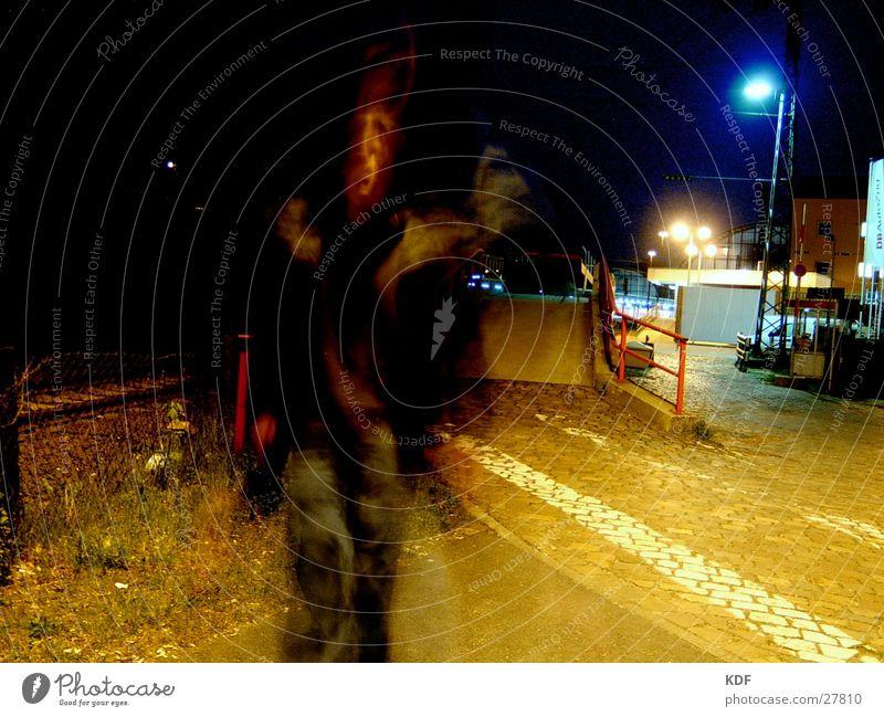 Verticken am Bahnhof Bremen Nacht Langzeitbelichtung Laterne Licht Rauschmittel Gleise gehen Lomografie Angst Panik Verkehrswege KDF Mensch Bewegung Schatten