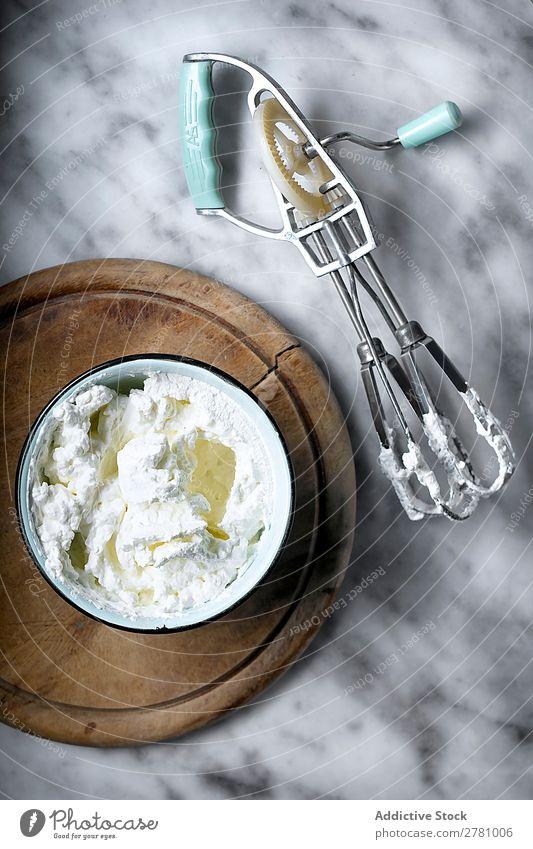 Von oben mit Schlagsahne in der Schüssel gepeitscht Creme Schalen & Schüsseln rustikal kochen & garen Essen zubereiten lecker Instrument Coolness Werkzeug