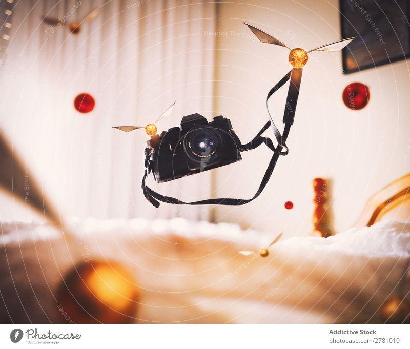 Fliegende Kamera mit Quidditches Fotokamera fliegen Fotografie Zauberei u. Magie alt Filmmaterial abstrakt schweben seltsam Entwurf Phantasie Verstand mystisch
