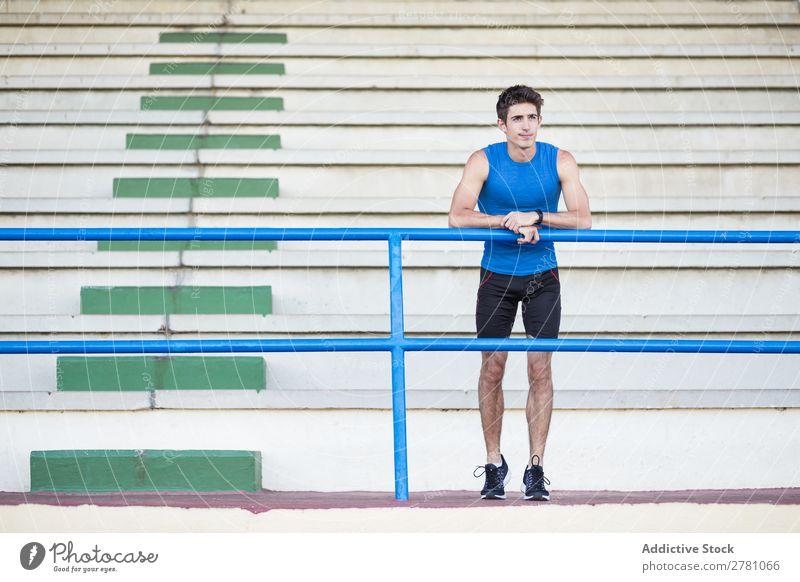 Sportler posiert im Stadion Mann sportlich Körperhaltung ruhen Fitness Zufriedenheit üben anlehnen Athlet muskulös Erholung Erwachsene Sprinter Zaun Pause
