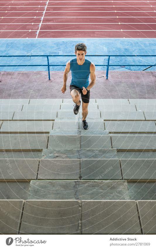 Sportler läuft im Stadion nach oben. Mann rennen Treppe Fitness üben Training sportlich Aktion muskulös Gesundheit Sprint Jugendliche Athlet professionell